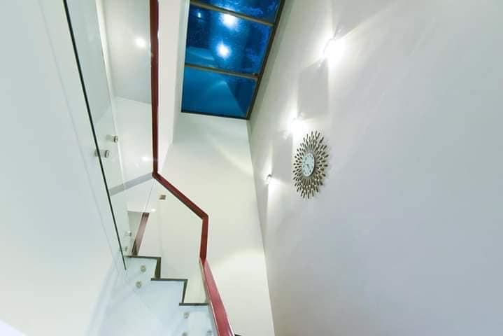 cầu thang biệt thự 2 tầng hiện đại có giếng trời