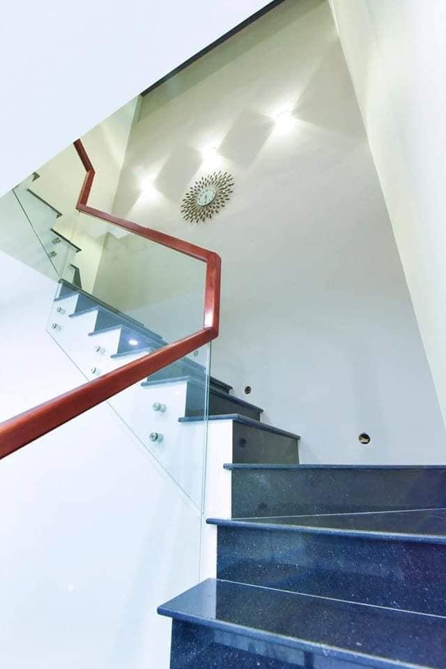 cầu thang biệt thự 2 tầng hiện đại