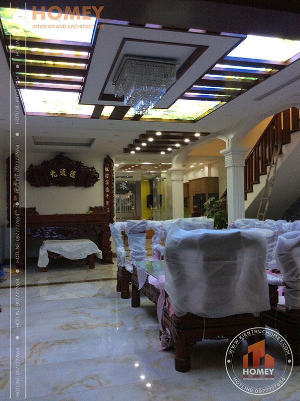 phòng khách nhà mái lệch hiện đại 3 tầng