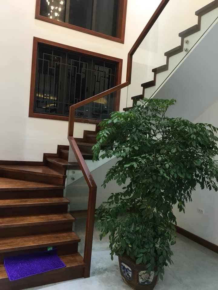 cầu thang nhà 2 tầng hiện đại đẹp 8 mét mặt tiền