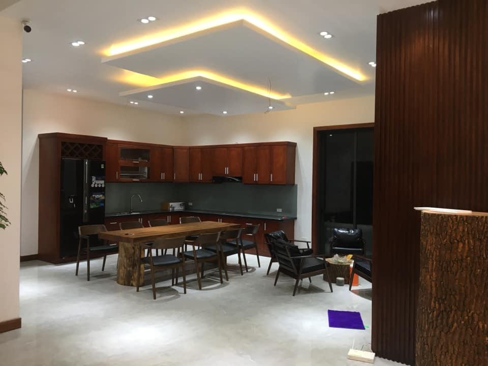 phòng bếp gỗ óc chó nhà 2 tầng hiện đại đẹp 8 mét mặt tiền