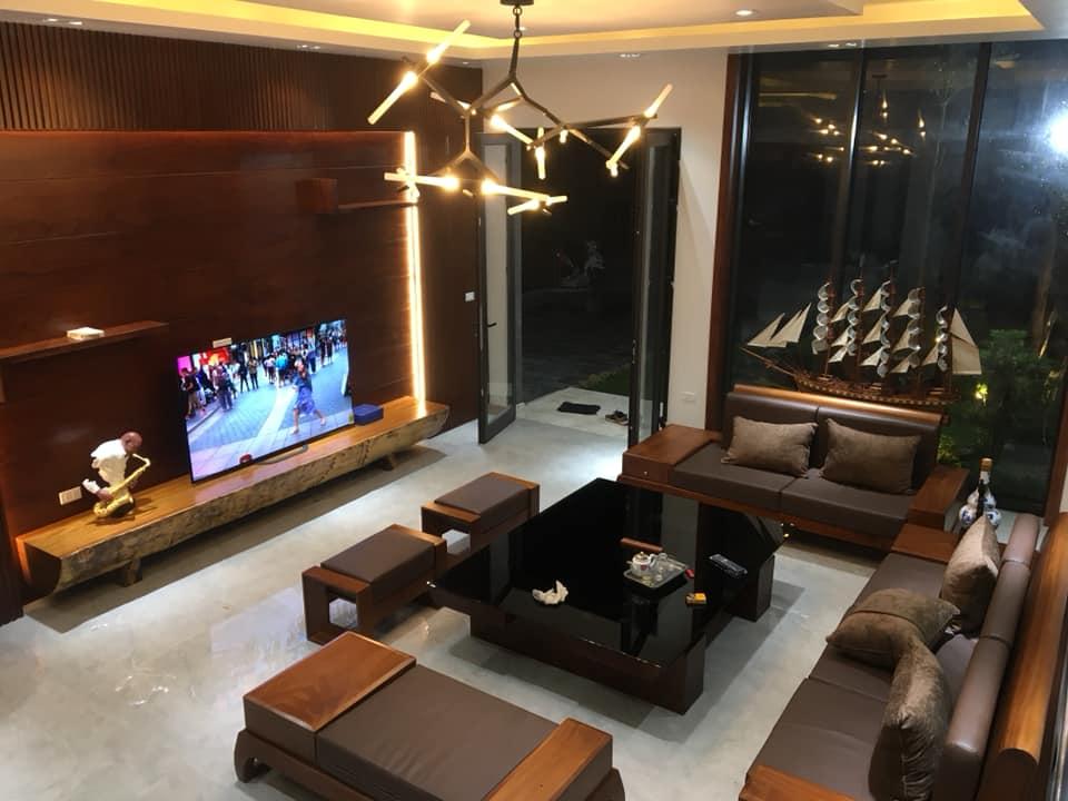phòng khách gỗ óc chó nhà 2 tầng hiện đại đẹp 8 mét mặt tiền