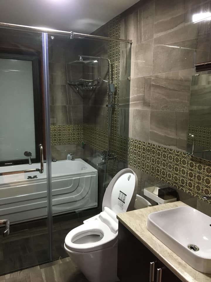 phòng vệ sinh nhà 2 tầng hiện đại đẹp 8 mét mặt tiền