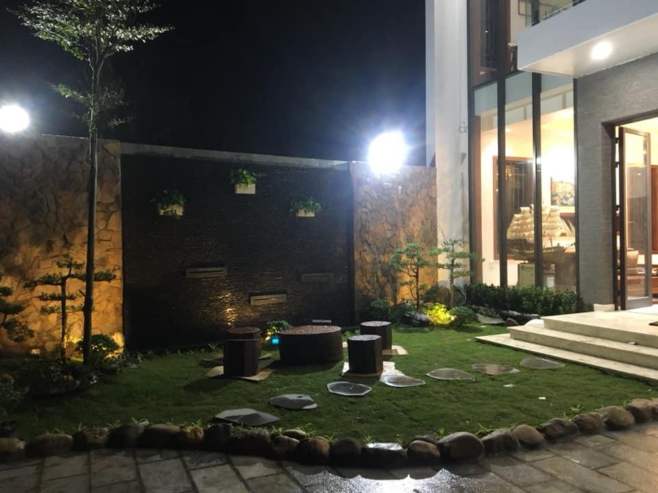 sân vườn nhà 2 tầng hiện đại đẹp 8 mét mặt tiền